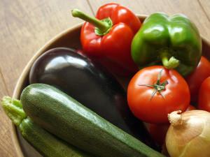 melanzane zucchine peperoni e pomodori